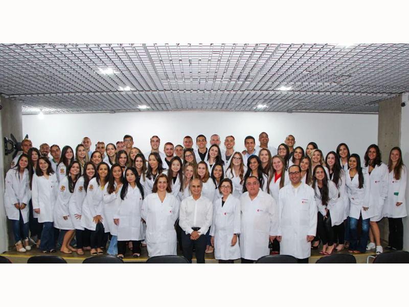 CERIMÔNIA DO JALECO BRANCO ENCERRA ATIVIDADES DA SEMANA DO CALOURO NA FACERES - Eloisa Mattos